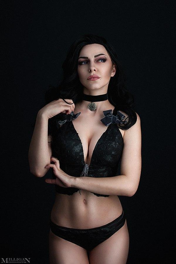 Женский косплей на тему Ведьмака 3