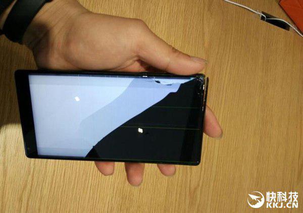 Xiaomi Mi Mix разбивается при падении с высоты около метра