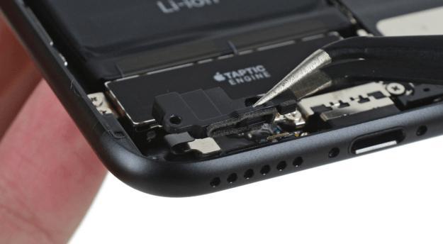 iPhone 7: вместо мини-джека пластиковая заглушка