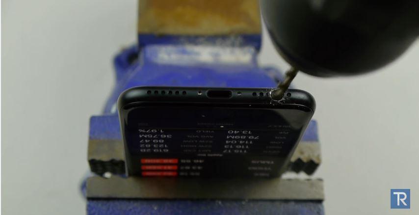Владельцы iPhone 7 сверлят мини-джек