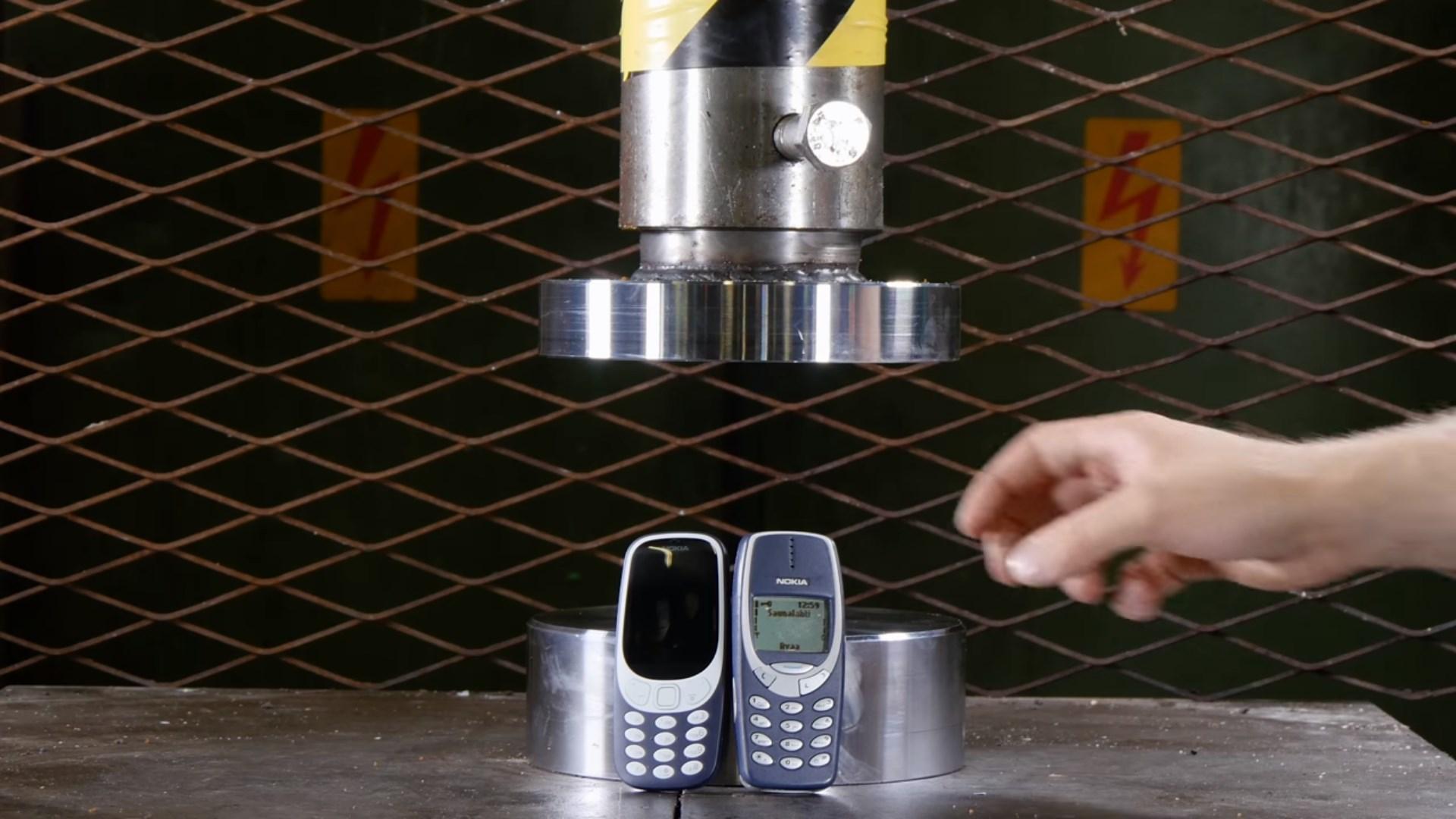 Этот пластик не раздавишь, не убьёшь - Nokia 3310 под прессом