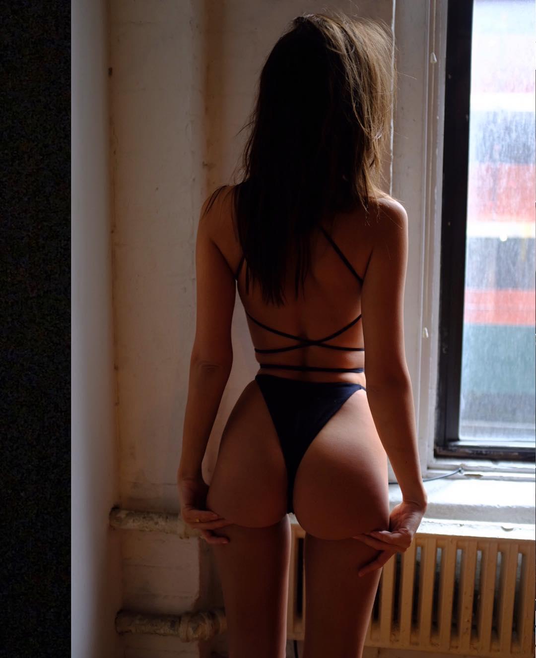 Эмилия Ратаковски позирует топлес для Instagram