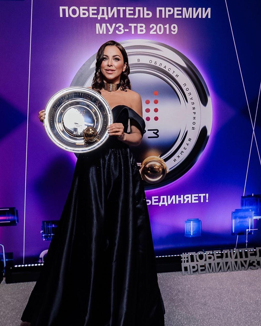 Ани Лорак поразила фанатов откровенным декольтенапремии Муз-ТВ