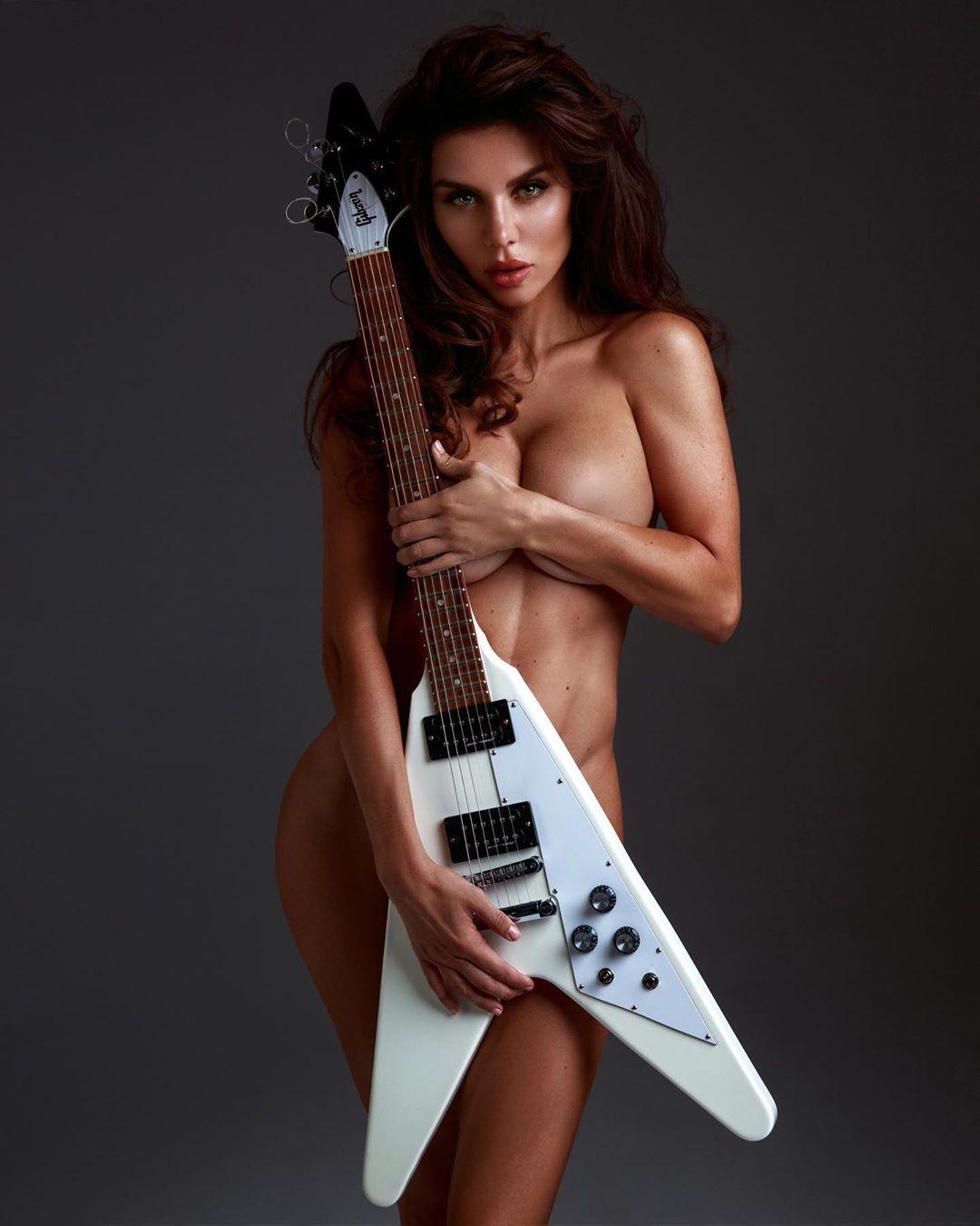 Анна Седокова позирует насекретном фото без одежды, едва прикрывшись