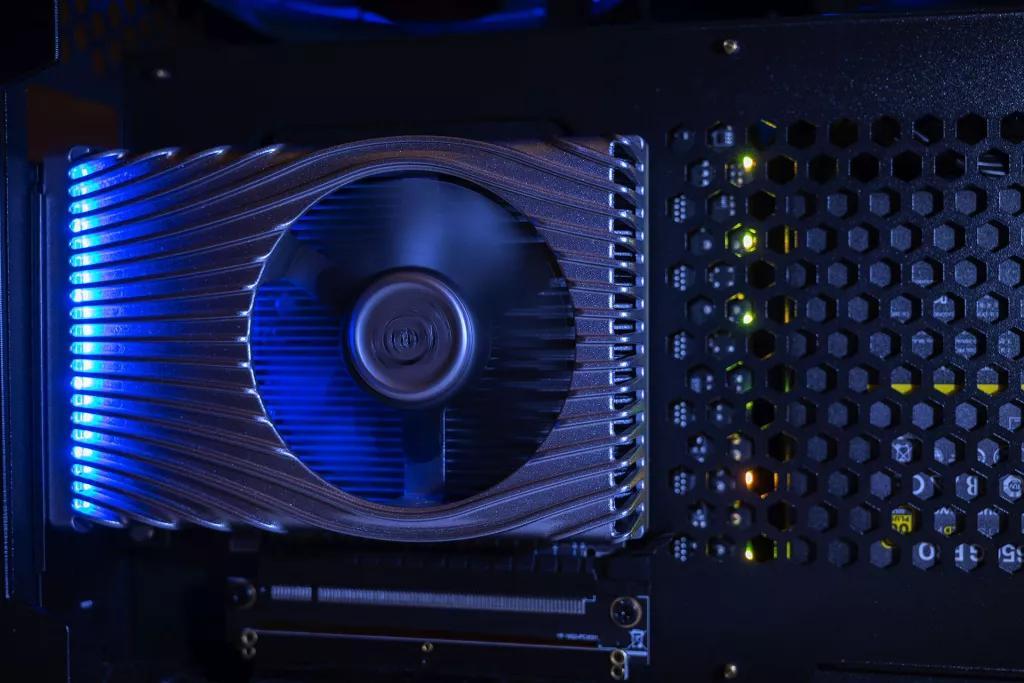 Intel заготовила видеокарту, которая неуступает AMD, нослегка отстаёт отNVIDIA