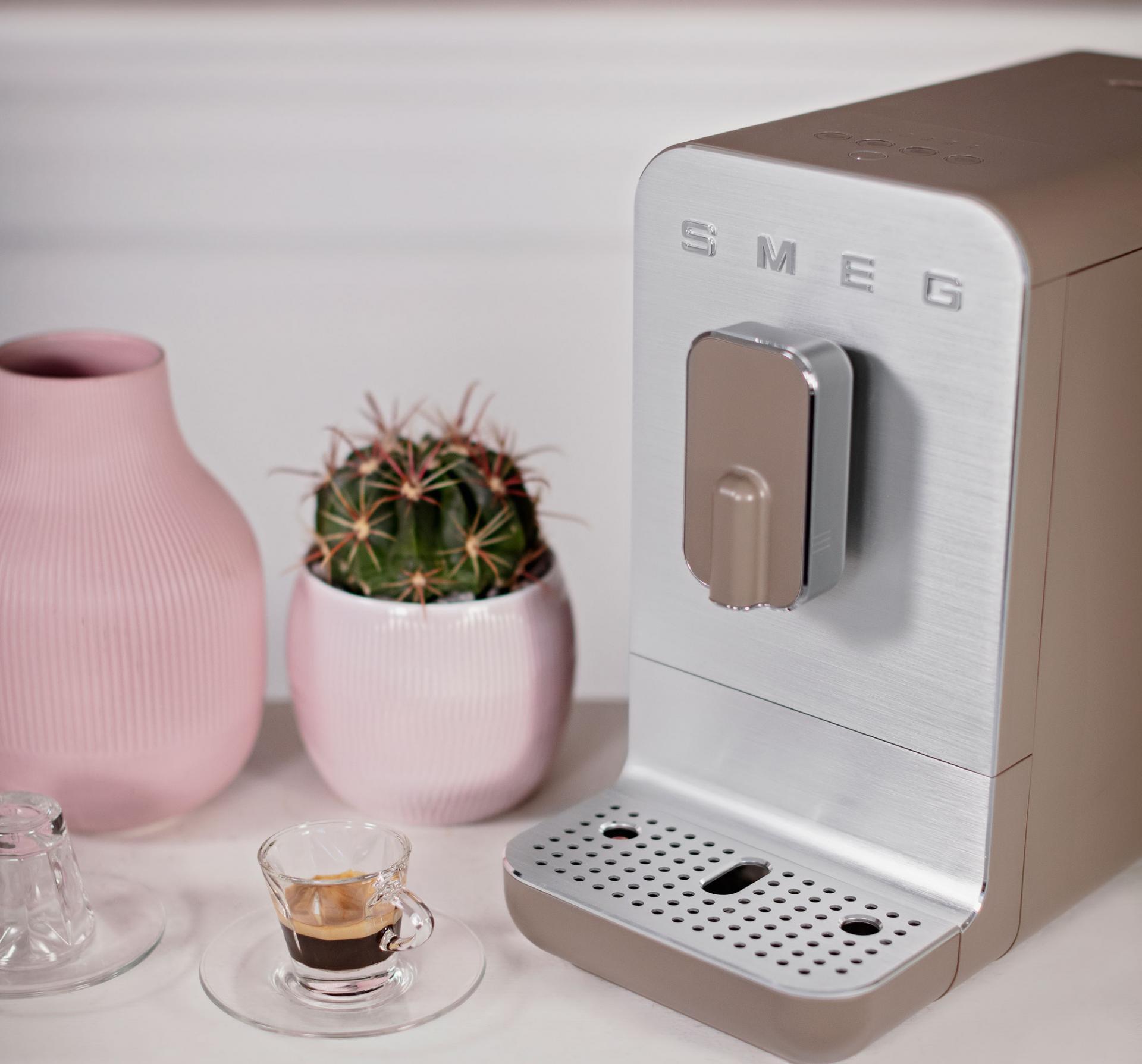 Новый взгляд настарые традиции. Компания Smeg выпустила новые автоматические кофемашины