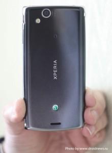 Sony Ericsson Xperia Arc - вид сзади