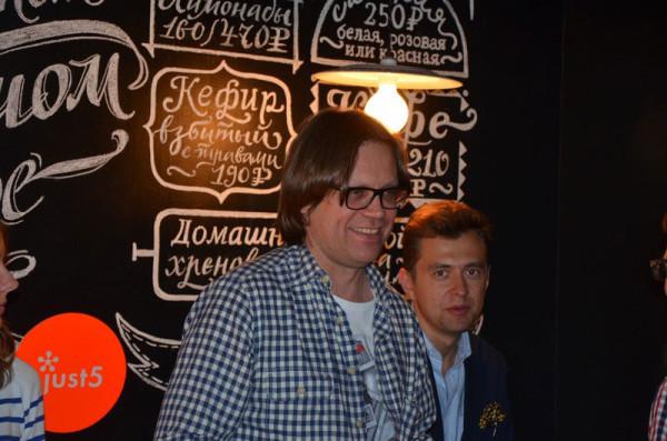 Президент Just5 Михаил Николаев улыбается и шутит