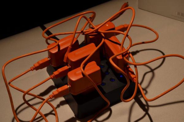 Оранжевую зарядку легче искать среди перепутанных проводов